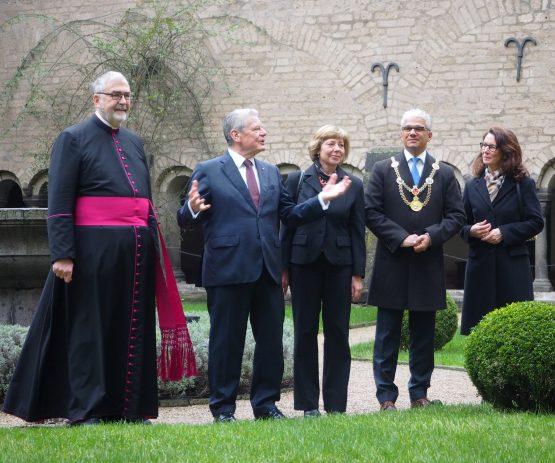 Bundespräsident Gauck besucht Bonner Münster und Kreuzgang, gemeinsam mit First Lady Daniela Schadt, Oberbürgermeister Ashok Sridharan und Frau Petra, Msgr. Wilfried Schumacher